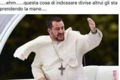 ......dopo la protesta dei vigili del fuoco contro Salvini che indossa la loro divisa.....