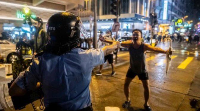 LA BRUTALITÀ' DELLA POLIZIA DI HONG KONG E L'ABUSO DI POTERE [anche versione inglese]